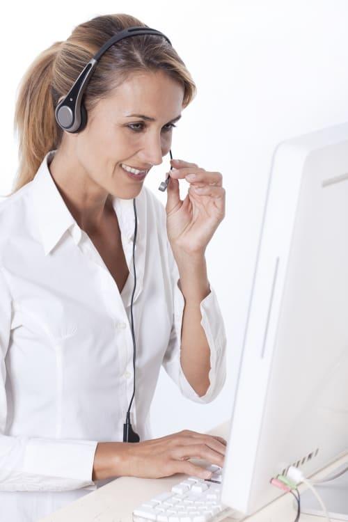 Une télésecrétaire de Préposé qui travaille et téléphone
