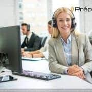 Une télésecrétaire de l'entreprise Préposé qui écoute son client au téléphone