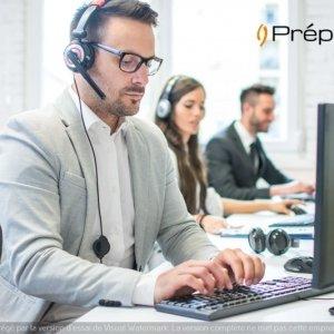 Un télésecrétaire de l'entreprise Préposé concentré sur son ordinateur