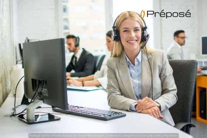 Une télésecrétaire de l'entreprise Préposé qui rédige un rapport sur son pc