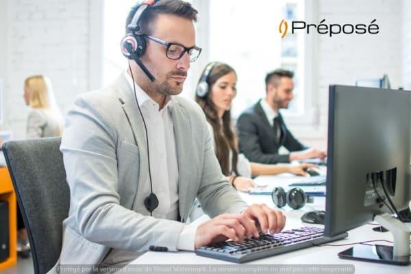 Un télésecrétaire de l'entreprise Préposé avec l'emploi du temps d'un client