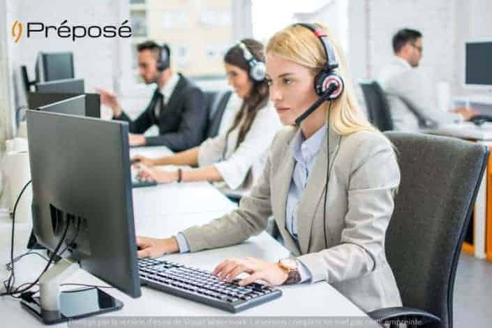 Une télésecrétaire de l'entreprise Préposé en 2019 devant son ordinateur et son téléphone