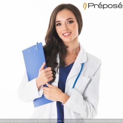 Une télésecrétaire médicale de la société Préposé au travail avec un dossier médical