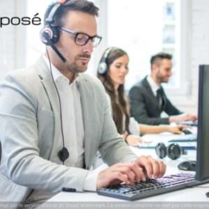 Un télésecrétaire de la société Préposé devant son ordinateur avec son téléphone prenant un message pour un avocat