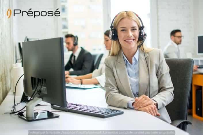 Une télésecrétaire de la société Préposé devant son ordinateur et un emploi du temps d'avocat