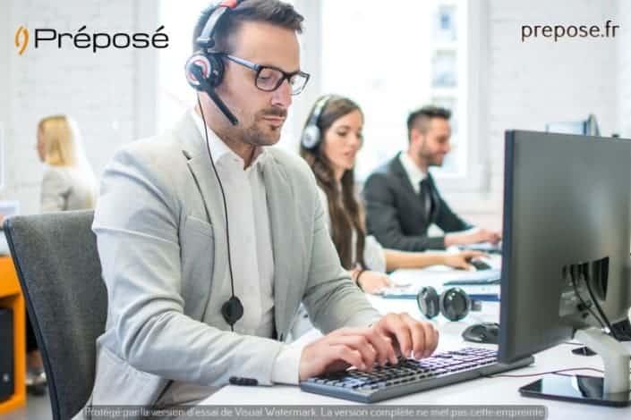 Dans la permanence téléphone de la société Préposé sur la ville d'Annecy, une télésecrétaire au téléphone en 2019