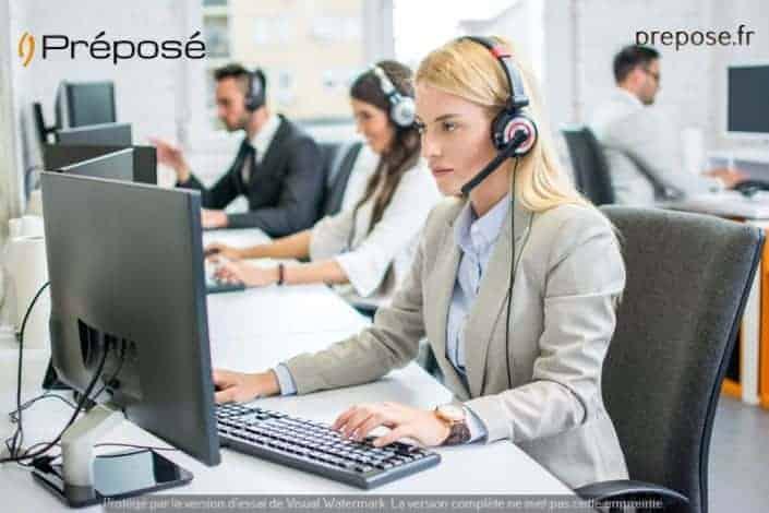 Une secrétaire à Bordeaux travaillant dans la permanence téléphonique de la société Préposé
