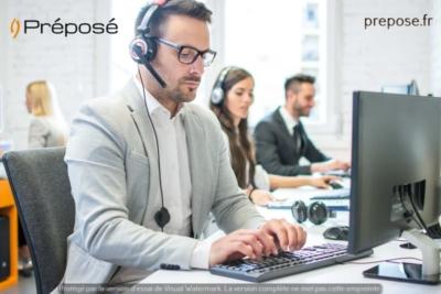 Une secrétaire dans l'agence Préposé de Montpellier au travail sur la permanence téléphonique Préposé