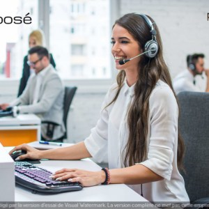 Dans la permanence téléphonique de la société Préposé sur la ville de Nîmes, une télésecrétaire au travail