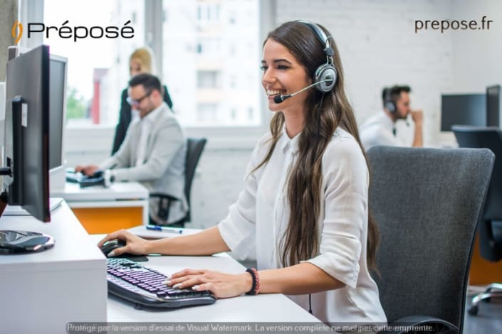 Dans la permanence téléphonique de la société Préposé sur la ville de Paris, une télésecrétaire au travail
