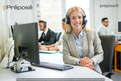 Dans la permanence téléphonique de la société Préposé sur la ville d'Aix en Provence, une télésecrétaire au travail