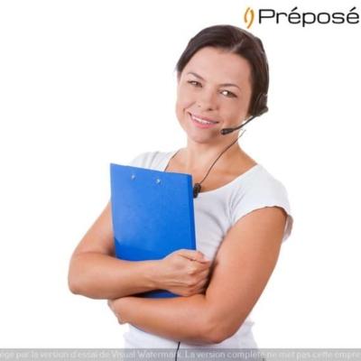 Une télésecrétaire médicale avec un téléphone casque de la société Préposé et un dossier patient