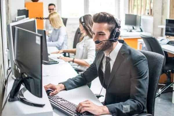 Secrétaire-dans-un-secrétariat-téléphonique-pour-les-artisans